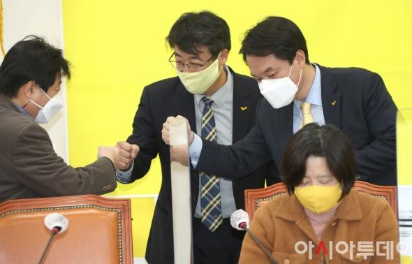 참석자들과 인사하는 김종철 정의당 대표