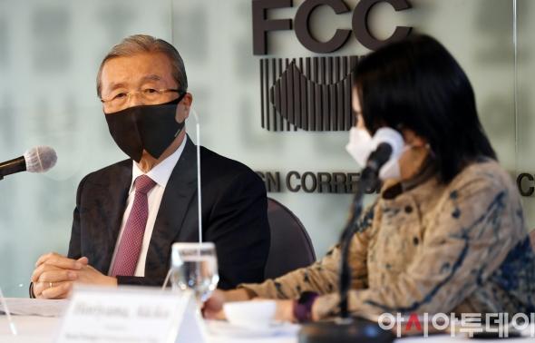 외신 기자 질문에 답하는 김종인 비대위원장