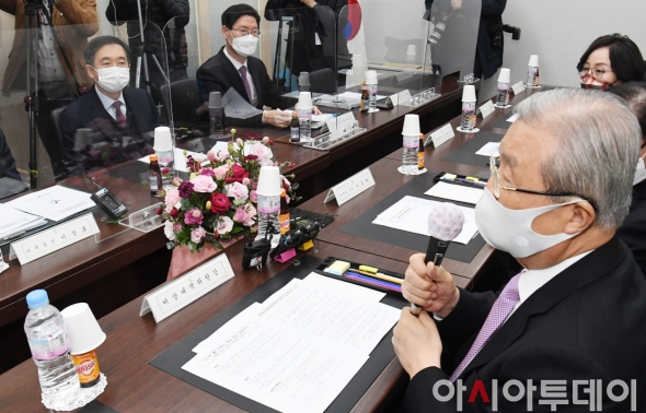 발언하는 김종인 비대위원장