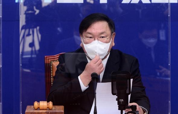 마스크 고쳐쓰는 김태년 원내대표