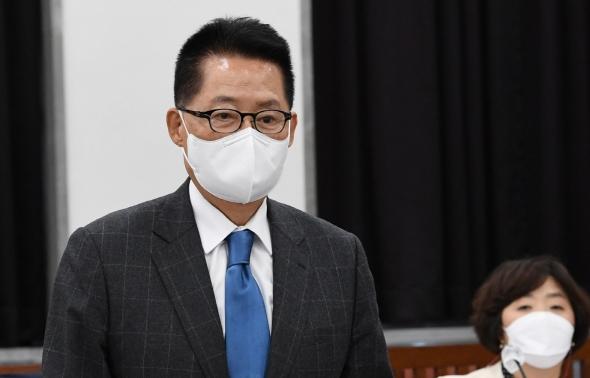 자리에 앉는 박지원 국가정보원장