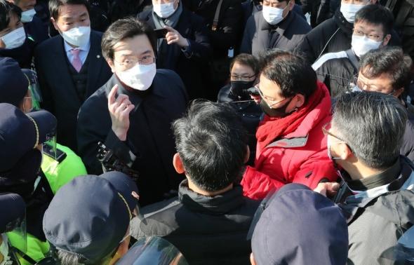 청와대 앞 시위…경찰과 충돌하는 국민의힘 초선의원들