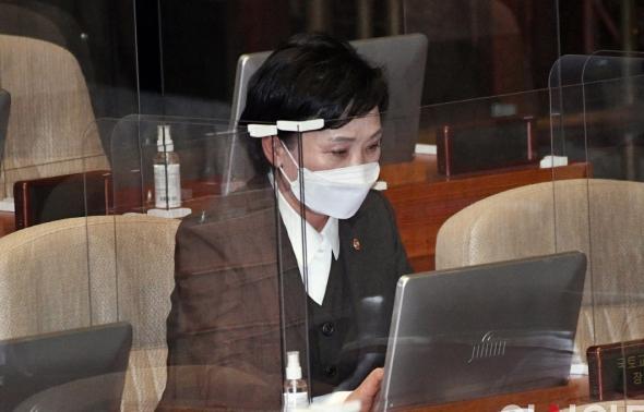 본회의 출석한 김현미 국토교통부 장관