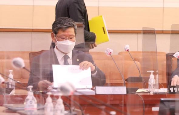 법사위 소위 출석한 이용구-김인겸