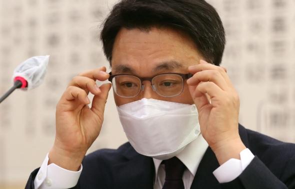 안경 고쳐쓰는 김진욱 후보자