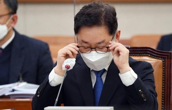 안경 고쳐쓰는 박범계 법무부 장관 후보자