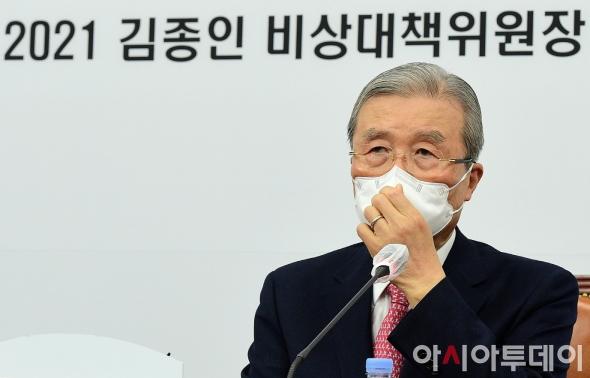 마스크 고쳐쓰는 김종인 비대위원장