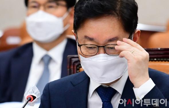 안경 고쳐쓰는 박범계 법무부 장관