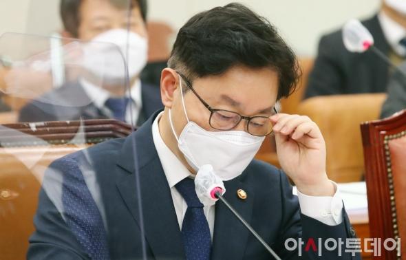 박범계 법무부 장관 '고심'