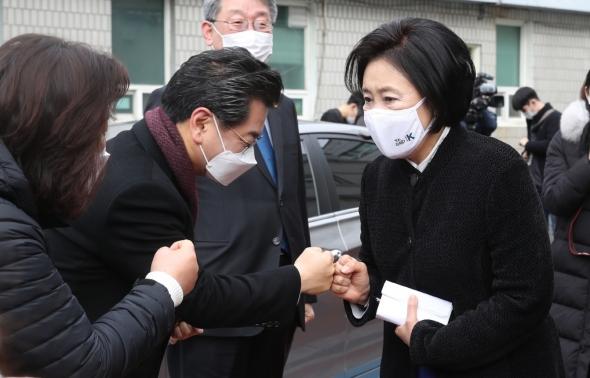 인사하는 박영선 민주당 서울시장 후보