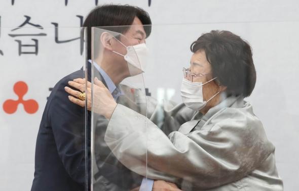 안철수 대표와 포옹하는 이용수 할머니