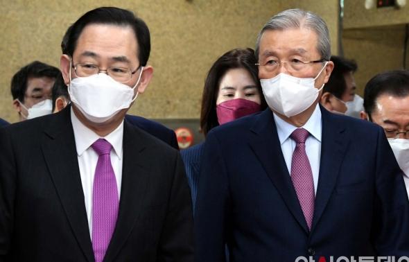 비상대책위원회의 참석하는 김종인-주호영