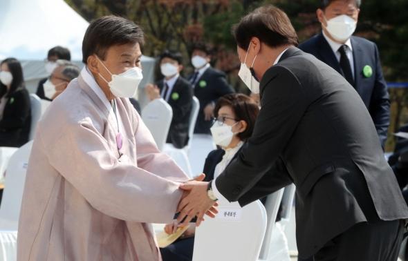 김원웅 광복회장과 인사하는 도종환 비대위원장
