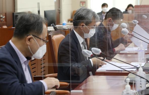 자료 살피는 세월호 특검추천위 위원들