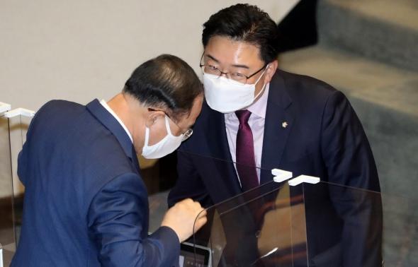 대화하는 홍남기-김성원