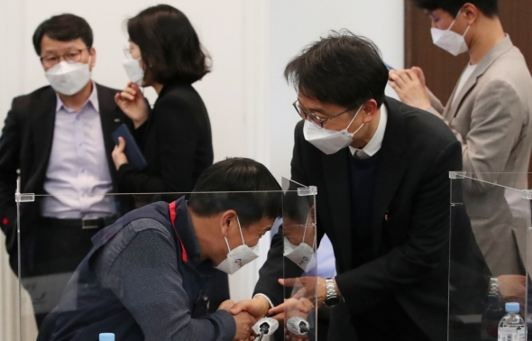위원들과 인사 나누는 박준식 위원장