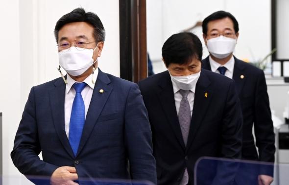 비대위 참석하는 윤호중 비상대책위원장 겸 원내대표
