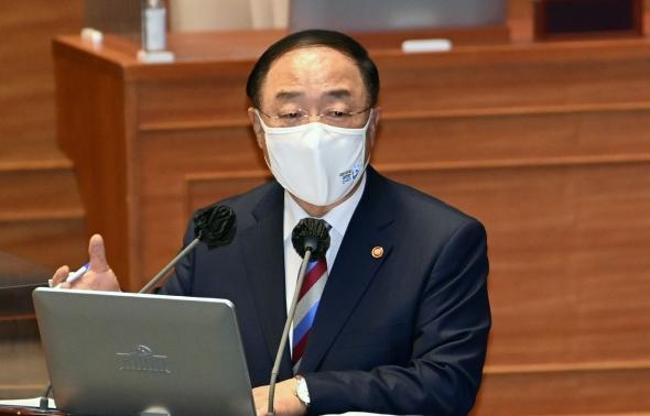 홍남기, 대정부질문 출석