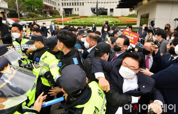 대법원장 출근길 '아수라장'