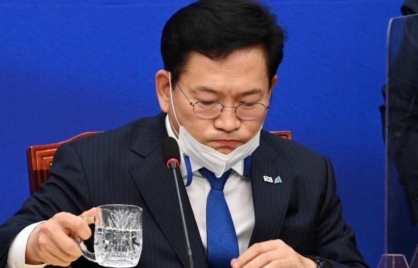 목 축이는 송영길 대표