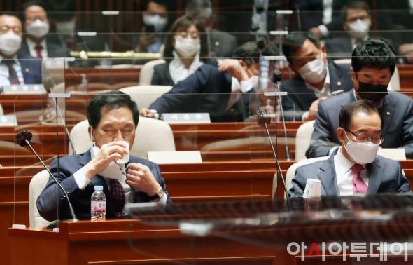 물 마시는 김기현 대표 권한대행