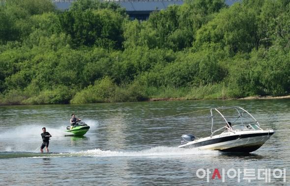 초여름 더위 '수상 스포츠 즐기는 시민들'