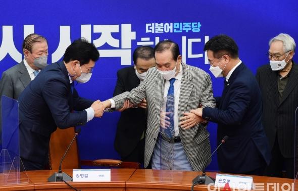 이용희 상임고문 부축하는 송영길-윤호중