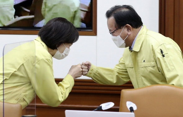 인사하는 김부겸 국무총리와 유은혜 사회부총리