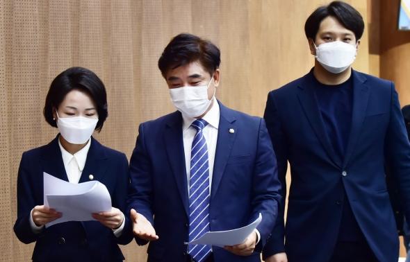 기자회견장 나서는 김병욱-홍정민-전용기