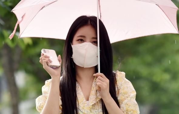 브레이브걸스 유정, 핑크 우산 쓰고~
