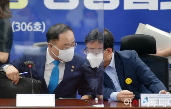 논의하는 홍남기-김성환